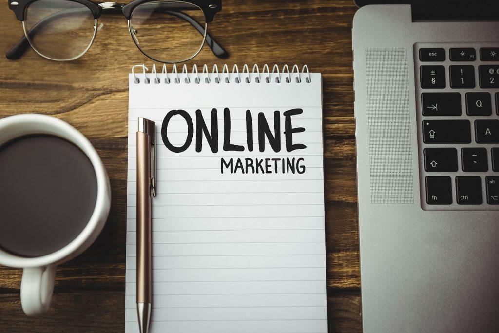 Un plan de Marketing Digital es un documento que recauda información clave acerca de la situación actual de nuestra empresa y del mercado, para posteriormente definir cuáles son los objetivos que queremos lograr, las estrategias que aplicaremos para este fin y el establecimiento de un plan de acción.
